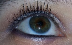 Essence bianco occhio aperto