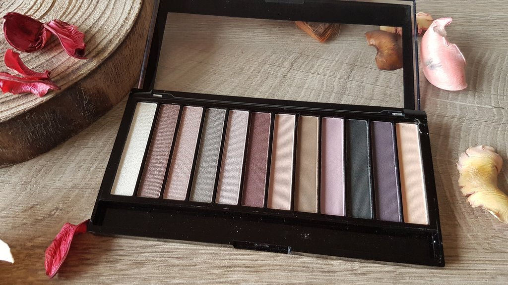 Makeup Revolution Romantic Smoked aperta